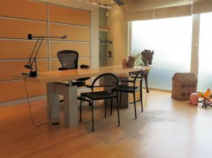 Op zoek naar een aangenaam kantoor (73m²) of een ingerichte praktijkruimte? Gevonden! Deze gelijkvloerse unit met inpandige autostaanplaats (verp