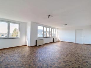 Spacieux et lumineux appartement dans le centre-ville de Ciney avec une vue panoramique et dégagée ! Au 5ème étage de la c