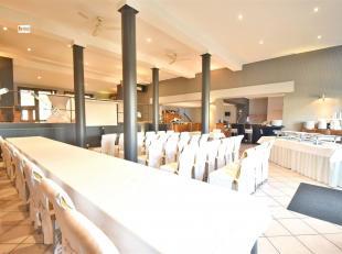 Magnifique immeuble commercial comprenant: une salle de réception avec mezzanine, un espace bar, une cuisine, sanitaires femmes et hommes, vest
