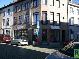 RS Homes Immo verkoopt dit uiterst goed gelegen handelsgelijkvloers in het hartje van Halle. Dit door een trouwe huurder uitgebate naaiatelier bevat e
