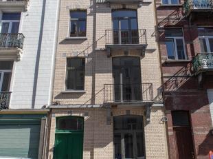 LOUE! Property One vous propose un magnifique appartement 1 chambre entièrement rénové idéalement situé en dessous