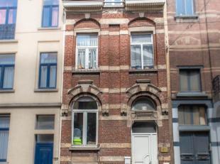 SOUS COMPROMIS! Property One vous propose une maison unifamiliale située entre la barrière de Saint-Gilles et la gare du midi. Celle-ci