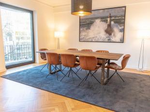 Property One vous propose un appartement meublé haut standing idéalement situé sur lAvenue Louise avec vue sur le Jardin du Roi.