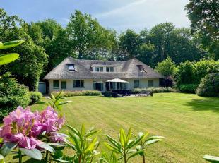 Charmante volledig gerenoveerde villa met rieten dak op een zuid georiënteerd perceel van 2100m² . Indeling: Inkomhal met gastentoilet, vest