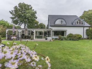 """Verzorgde villa in villapark """"Het Zwaneven"""" met zes slaapkamers, drie badkamers en een zwembad op 1362 m². Ruime inkomhal welke toegang geeft tot"""