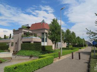 Dit luxueus afgewerkt penthouse heeft een bijzondere architectuur en is gelegen op wandelafstand van de binnenstad van  Maaseik en in de directe nabij