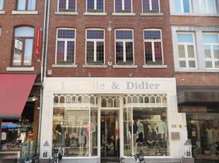 Commercieel zeer gunstig gelegen handelspand met mogelijkheid tot drie bovenliggende appartementen in het hartje van Maaseik. De gelijkvloerse etage e