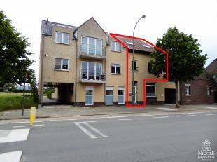 Verzorgd duplex-appartement van ca. 111m² met drie slaapkamers, gezellig terras en carport aan de achterzijde. Dit appartement is instapklaar en