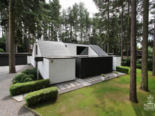 Deze unieke villa met moderne vormgeving ligt op een prachtige locatie in de groene omgeving van t Kloosterbos in Eksel. Het huis is praktisch ingedee