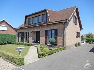 Dit mooi verzorgd en goed onderhouden huis is ruim ingedeeld met o.a. vier slaapkamers, inpandige garage en mooie tuin. De kindvriendelijke omgeving e