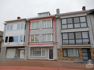 Dit mooi verzorgd duplex-appartement met drie slaapkamers en gezellig terras aan de achterzijde is gelegen op een aangename en centrale locatie in Maa