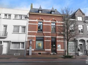 Dit duplex-appartement is gelegen op een gunstige locatie in het centrum van Maaseik. Het appartement geniet van veel lichtinval en twee mooie slaapka