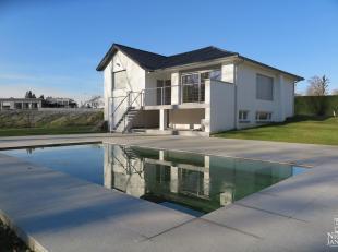 Dit landhuis werd in 2015 compleet gerenoveerd en is voorzien van een onderhoudsvriendelijke tuin met zwembad en prachtig terras. Dit pand geniet een