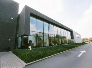 Opslagruimte: 8.000 m²Kantoren 700 m²Vrije hoogte 10 mLaadkades 6 nog te bouwenLocatie Langs kanaalzone Gent-Terneuzen en in nabijheid van R