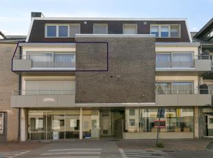 Dit appartement is gelegen op de 2de verdieping van een kleinschalig appartementsgebouw in het centrum van Neeroeteren. Het appartement beschikt over