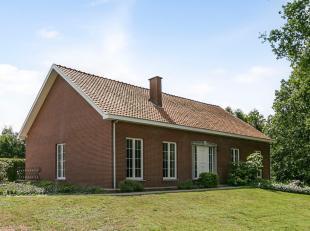 Deze gelijkvloerse gezinswoning is gelegen op een riant perceel van 18a18ca op een rustige locatie nabij het centrum van Genk!<br /> Indeling:<br /> V