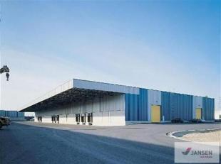 Opslagruimte gelegen op het industrieterrein van Genk-Zuid. Met zijn trimodale ontsluiting (weg - water - spoor) vormt Genk de ideale uitvalsbasis voo