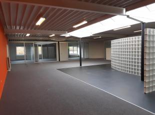 MOOIE KANTOORRUIMTE VAN 400M²<br /> Dit kantoor is gelegen op de eerste verdieping. Het beschikt over een aparte ingang en voldoende parkeerplaat