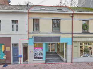 Dit handelspand met ruime etalage is gelegen in de Molenstraat, in het commerciële centrum van Genk, op een terrein van +/- 290m².<br /> Het