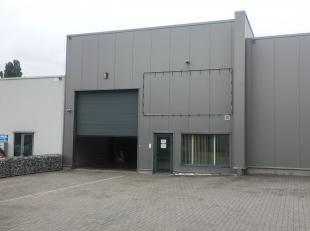 Mooi bedrijfsgebouw gelegen op het industrieterrein Genk-Zuid (op enkele kilometers van zowel de E313 als de E314). Dit gebouw bestaat uit een magazij