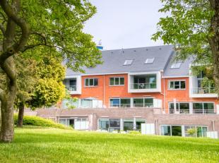 Dit zo goed als nieuwe en unieke appartement bevindt zich op wandelafstand van de Philipssite/Sportoase te Leuven. Het bruisende Leuvense centrum is v