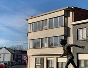 Dit knappe appartement werd volledig gerenoveerd, voldoet aan alle huidige E normen en leent zich tot comfortabel en mooi wonen. Ideaal gelegen in een