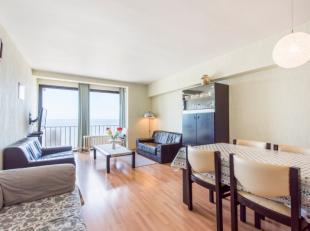 Prachtig gelegen appartement op de zeedijk te St-Idesbald. Het appartement omvat een ruime lichtrijke leefruimte met ballustrade, keuken, hall, badkam