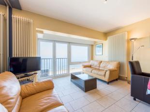 Appartement op de zeedijk met prachtig zeezicht omvat: inkom, apart toilet, 2 slaapkamers en 1 slaaphoek, badkamer, terras achteraan, leefruimte en op