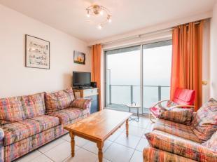 Het appartement omvat een inkomhal met berging en apart toilet, een leefruimte met open keuken en terras, een badkamer met bad, douche en lavabo en 2