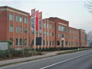 Prachtige gerenoveerde kantoren nabij de E19 in Brasschaat. <br /> Door het grote aantal ramen is er veel natuurlijk licht en kan de ruimte flexibel i