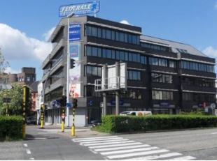 Mooi kantoorgebouw op de hoek van de Desguinlei en de Binnensingel te Berchem.<br /> Uitstekende bereikbaarheid met de wagen en het openbaar vervoer.