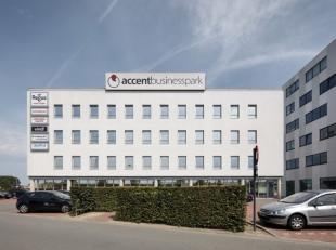 Modern kantorencomplex gelegen te Roeselare langs de E403 Kortrijk-Brugge.<br /> Door het grote aantal ramen is er veel natuurlijk licht en kan de rui