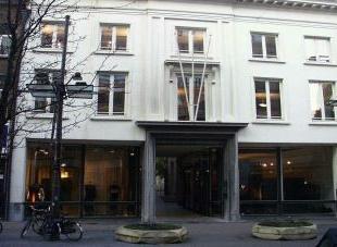 Schitterend gerestaureerd eigendom rondom een historische binnenkoer, gelegen in de oude binnenstad rechtover het Hilton hotel. Op de gelijkvloerse ve