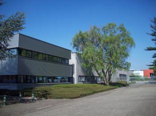 Dit polyvalent eigendom bestaande uit magazijnruimten, showroom en kantoren is gunstig gelegen in het industriepark Terbekehof te Wilrijk. De autoweg
