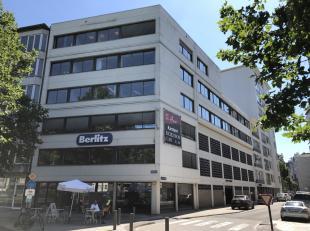 Centraal gelegen kantoorgebouw met zeer mooie visibiliteit van op de Leien, er zijn 8 parkeerplaatsen inbegrepen in de prijs.