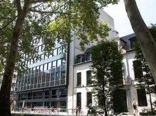 Modern kantoorgebouw vlakbij het Harmoniepark te Antwerpen. <br /> Door de grote raampartijen is er veel natuurlijk licht en kan de ruimte flexibel in