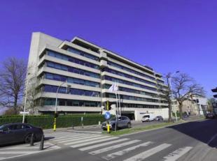 Mooi kantoorgebouw gelegen op 1km van het centraal station, vlot bereikbaar via de E19.<br /> <br /> Gelijkvloers kantoor van 900m².