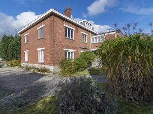 Op deze toplocatie vindt u een verrassend grote woning terug met een bewoonbare oppervlakte van 280 m². Deze heeft een grondige renovatie nodig m