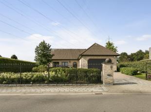 De bungalow is gelegen in een rustige straat te Belsele.<br /> Via de inkomhal kan je alle kanten uit.<br /> De leefruimte is zeer licht, beschikt ove