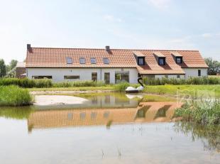 Cette ferme à longue façade à Lissewege de l'an 1800 a été totallement rénovée en gardant les &eacute