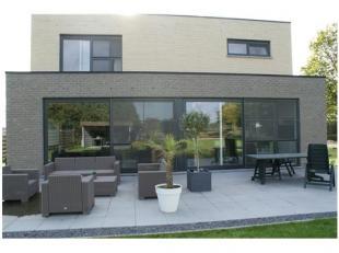 Heel goed bereikbare villa, nabij de autostrade en met groene omgeving. Ideaal voor een gezin of personen welke van privacy wensen te genieten en toch