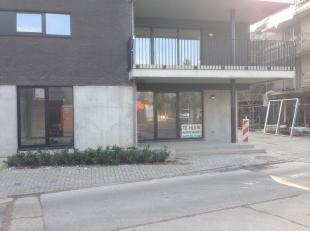 Zeer mooi handelspand centrum Halen, tegenover Delhaize.<br /> Pand van 95 M2. Grote glaspartijen en lichtinval. <br /> Pand is afgewerkt met kitchene