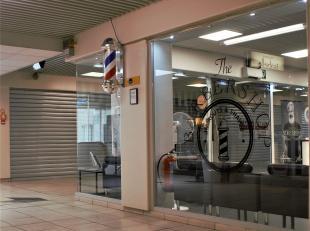 Deze goed verhuurde handelsruimte in een bekend winkelcentrum van Wilrijk wordt te koop aangeboden.<br /> Het pand is gelegen op de eerste verdieping