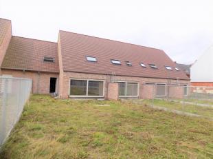 Een zeer brede woning met een eigen inpandige garage gelegen in de Leiestraat te Kuurne. Deze woning is gebouwd in het jaar 2016 en bevat alle moderne