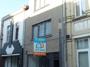 Voor een bezoek of meer info bel: 054/69.39.31 - Instapklaar handelspand met woonst gelegen in het centrum van Ninove. Scholen, winkels, horeca en ope