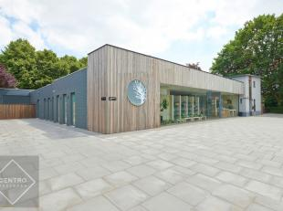 Handelspand met SMAAKVOL afgewerkte woning te Roeselare, geschikt voor vele doeleinden aan de rand van het centrum, doch met een grote visibiliteit! E
