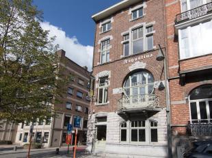 Het herenhuis, gebouwd in 1909, heeft een prachtige voorgevel in art-deco stijl en is gelegen langs het mooi ingerichte Leopoldplein, een deel van de