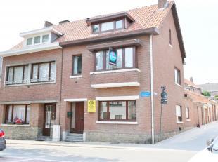 Stadswoning met 4 slaapkamers, rustig gelegen in het centrum, voorzien van zonnige koer met veranda.<br /> <br /> Deze woning biedt u op het gelijkvlo