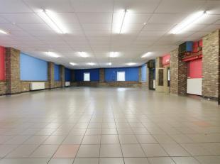 Grote bedrijfs- of kantoorruimte gelegen in KMO-zone aan de stadsrand van Tongeren makkelijk bereikbaar, voldoende parkeerplaats, grote ingerichte en