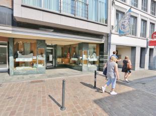 Ruim handelspand in het hart van de Maastrichterstraat te Tongeren. Met een etalage van maar liefst 7 m breed.Een gelijkvloerse handels ruimte van 230